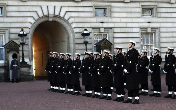 Changing the Guard: Marinesoldaten wachen über die Queen